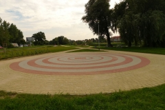 2010 Szczecin, parki współczesne. Jeziorko Słoneczne. Wykonanie firma Leszek Kułak.